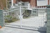 cancello bianco verniciato e protetto con antiruggine all'acqua grigia e smalto all'acqua bianco Plack