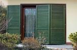 persiane in legno verniciate e protette con impregnante verde plack
